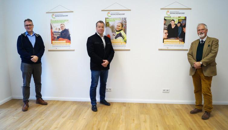 Bezirksbürgermeister (M.) mit dem Vorstandsvorsitzenden Stiftung Unionhilfswerk und dem Projektleiter des Ehrenamtsbüros Reinickendorf (l.) vor der Plakatkampagne vom Ehrenamtsbüro Reinickendorf (Bild: BA Rdf.)
