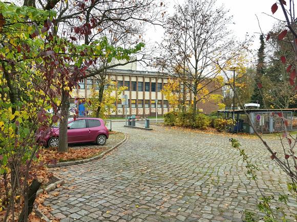 Der Parkplatz neben dem Paracelsus-Bad ist als Standort für eine Flüchtlingsunterkunft im Gespräch.